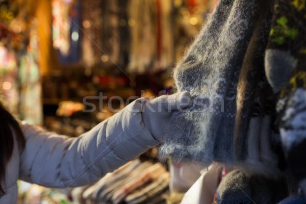 Femme achat laine chaussettes Noël marché Photo stock © dolgachov