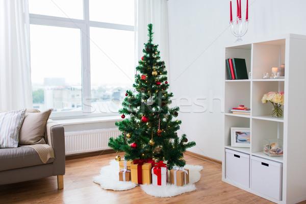 Mesterséges karácsonyfa ajándékok otthon ünnepek belső Stock fotó © dolgachov