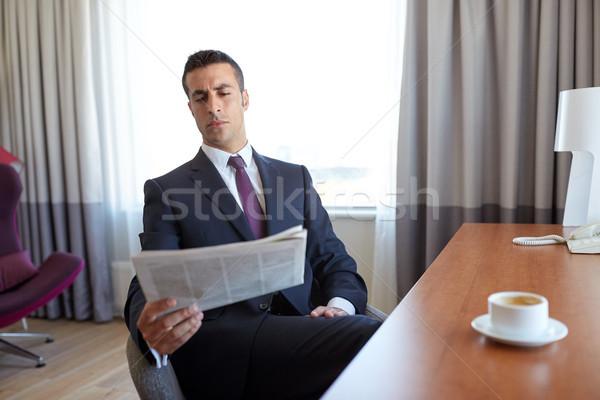 Empresário leitura jornal quarto de hotel viagem de negócios pessoas Foto stock © dolgachov