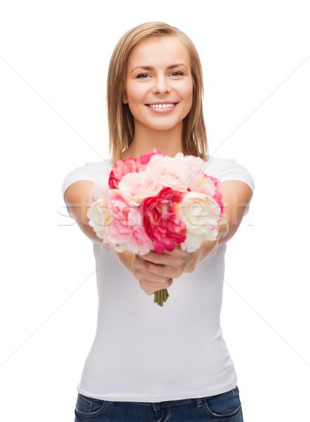 Mosolygó nő virágcsokor virágok ünnepek szeretet fiatal nő Stock fotó © dolgachov