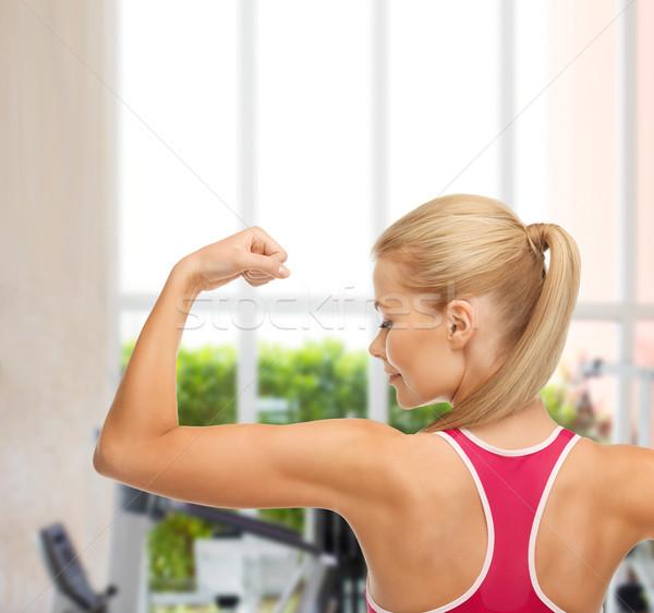 Stock fotó: Sportos · nő · mutat · bicepsz · fitnessz · tornaterem
