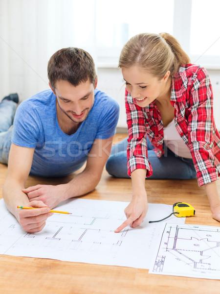 Souriant couple regarder plan maison réparation Photo stock © dolgachov