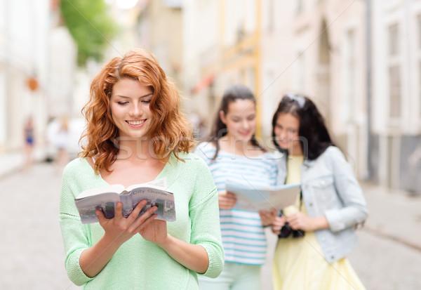 Glimlachend tienermeisjes stad camera toerisme reizen Stockfoto © dolgachov