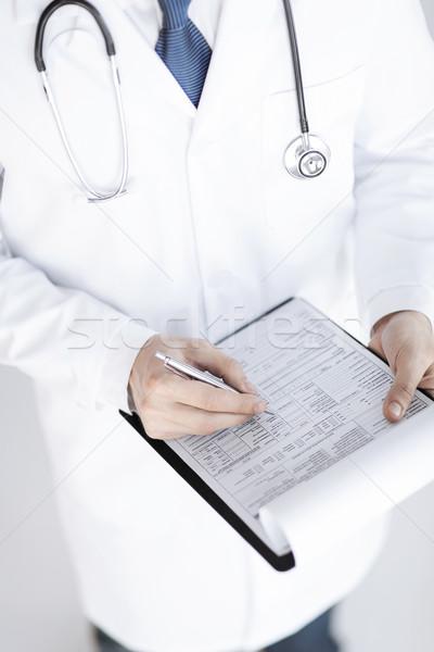 Doctor de sexo masculino prescripción papel mano Foto stock © dolgachov