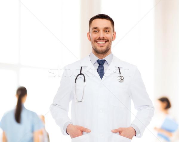 Sonriendo doctor de sexo masculino estetoscopio salud profesión medicina Foto stock © dolgachov
