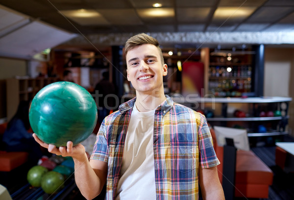 счастливым молодым человеком мяча боулинг клуба Сток-фото © dolgachov