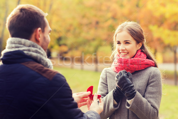Souriant couple bague de fiançailles coffret cadeau amour famille Photo stock © dolgachov