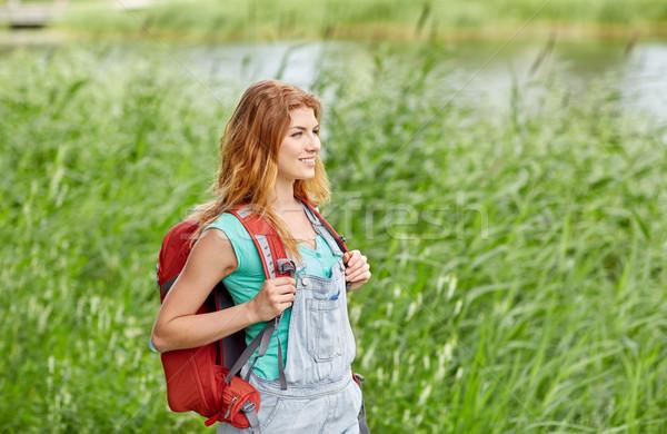 Sorridente mulher jovem mochila caminhadas mata aventura Foto stock © dolgachov