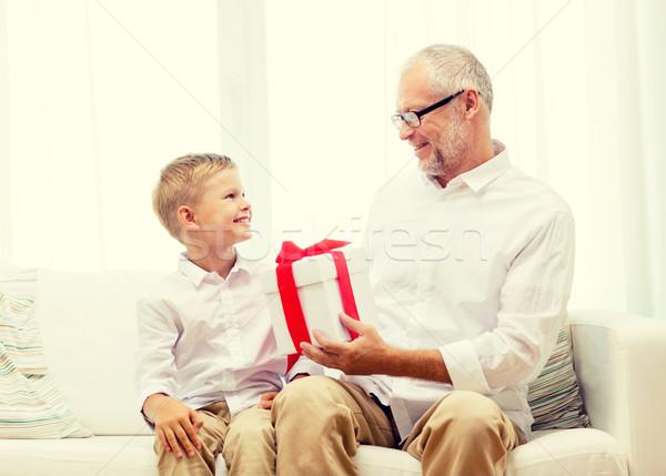 Foto stock: Sonriendo · abuelo · nieto · casa · familia · vacaciones