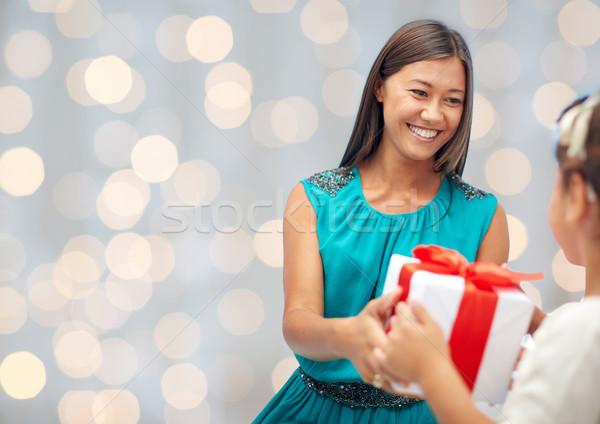 Stockfoto: Gelukkig · moeder · verjaardag · aanwezig · kind · vakantie