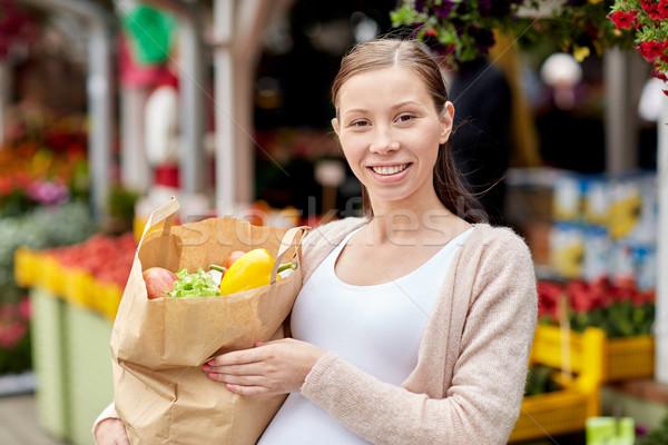 Mujer embarazada bolsa alimentos calle mercado venta Foto stock © dolgachov