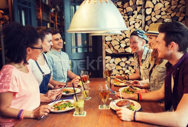 Glücklich Freunde Essen trinken bar Veröffentlichung Stock foto © dolgachov