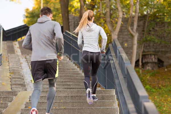 Paar lopen naar boven stad park fitness Stockfoto © dolgachov