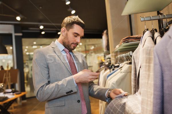 Uomo suit smartphone abbigliamento store vendita Foto d'archivio © dolgachov