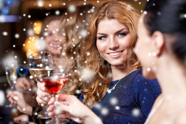 Gelukkig vrouwen dranken nachtclub viering vrienden Stockfoto © dolgachov