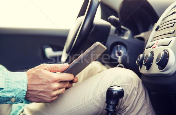 Közelkép fiatalember táblagép vezetés autó szállítás Stock fotó © dolgachov