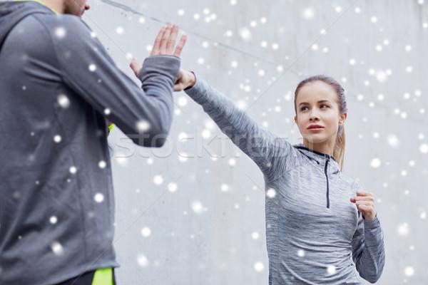 Mulher treinador greve ao ar livre fitness Foto stock © dolgachov