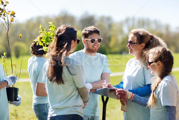 Csoport önkéntesek ültet fák park önkéntesség Stock fotó © dolgachov