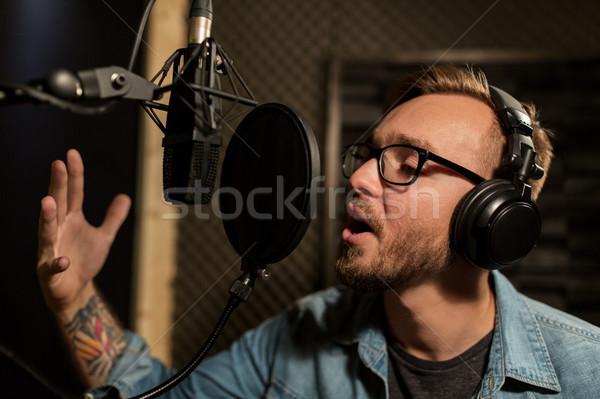 Hombre auriculares cantando música mostrar Foto stock © dolgachov