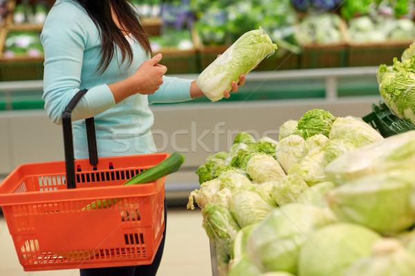 Mujer cesta chino col comestibles venta Foto stock © dolgachov