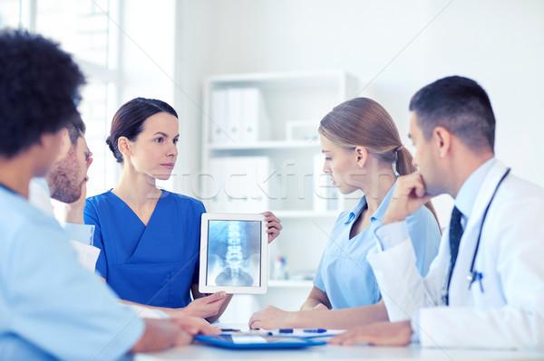 Csoport orvosok röntgen táblagép klinika hivatás Stock fotó © dolgachov