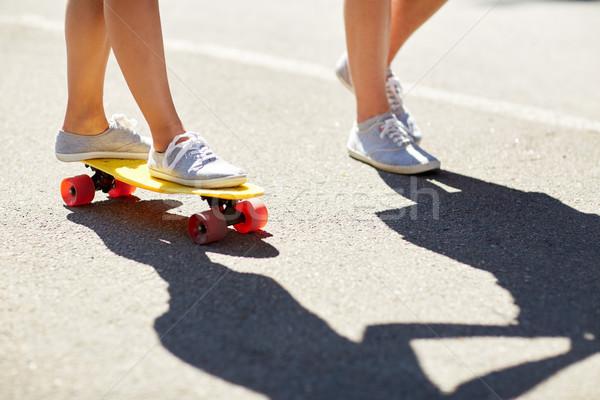 フィート 十代の カップル ライディング スケート 道路 ストックフォト © dolgachov