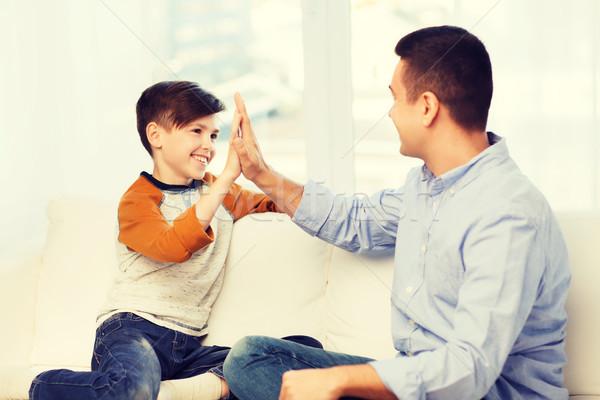 Heureux père en fils high five maison famille geste Photo stock © dolgachov
