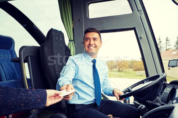 Autobús conductor toma billete tarjeta transporte Foto stock © dolgachov