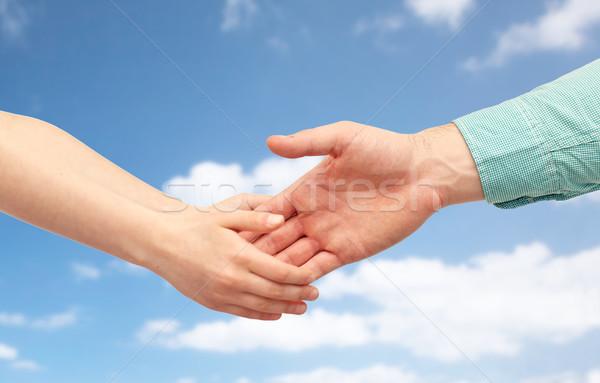 Père enfant mains tenant ciel bleu famille enfance Photo stock © dolgachov