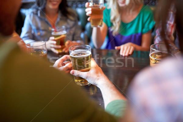 Freunde trinken Bier bar Veröffentlichung Menschen Stock foto © dolgachov