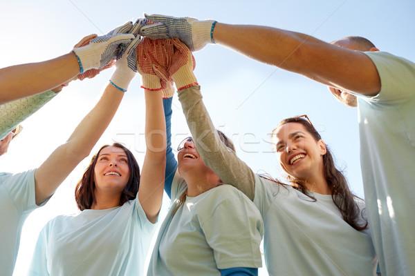 Grupo voluntarios máximo de cinco aire libre voluntariado Foto stock © dolgachov