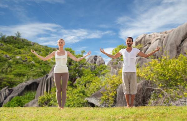 Feliz Pareja yoga playa fitness Foto stock © dolgachov