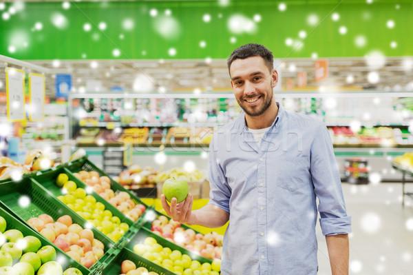 Boldog férfi vásárol zöld almák élelmiszerbolt Stock fotó © dolgachov