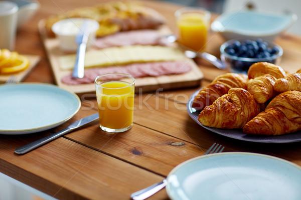 Placa croissants mesa de madera desayuno alimentos comer Foto stock © dolgachov