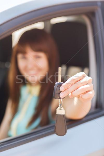 Glücklich Frau halten Autoschlüssel Fahrzeug Mietbetrag Stock foto © dolgachov