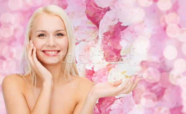 Femme souriante imaginaire lotion jar santé Photo stock © dolgachov