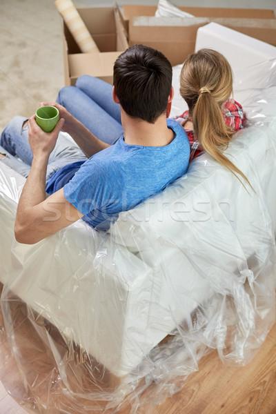 Boldog pár megnyugtató kanapé új otthon mozog Stock fotó © dolgachov