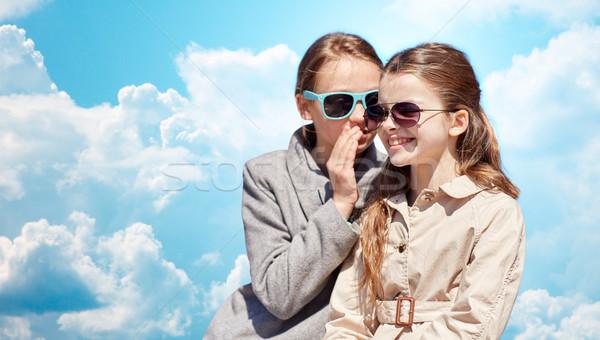 Fille heureuse chuchotement secret amis oreille personnes Photo stock © dolgachov
