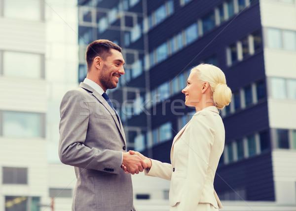 Sorridere imprenditori piedi edificio per uffici business Foto d'archivio © dolgachov
