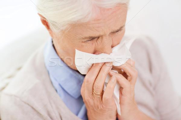 Enfermos altos mujer sonarse la nariz papel servilleta Foto stock © dolgachov