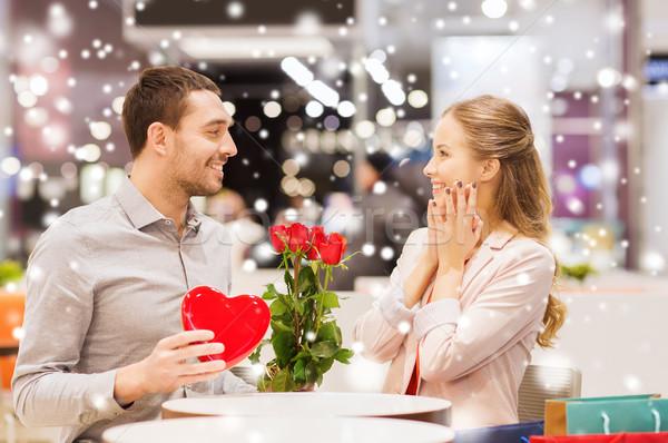 Mutlu çift sunmak çiçekler alışveriş merkezi sevmek Stok fotoğraf © dolgachov