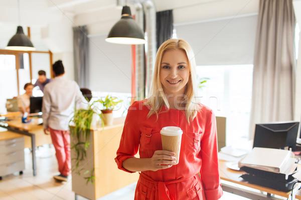 Stock fotó: Boldog · kreatív · nő · kávéscsésze · iroda · üzlet