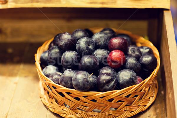 Rijp pruimen mand boerderij voedsel markt Stockfoto © dolgachov