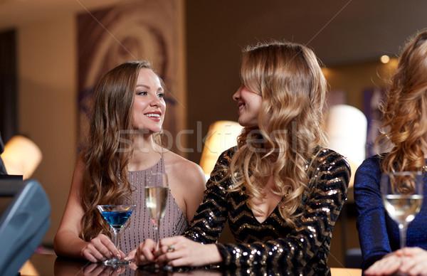 Feliz mujeres bebidas club nocturno celebración amigos Foto stock © dolgachov