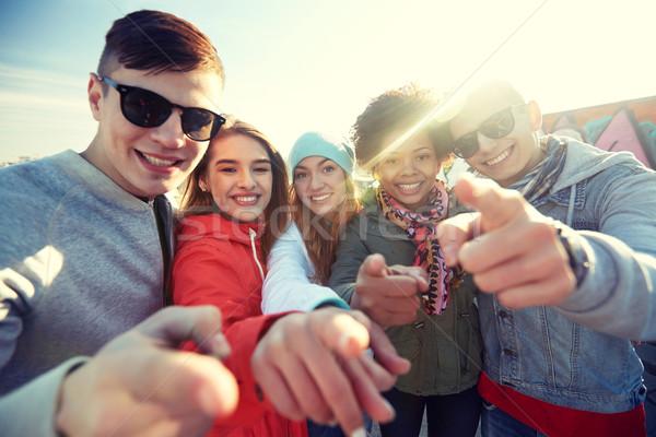 Stockfoto: Gelukkig · vrienden · wijzend · vingers · straat