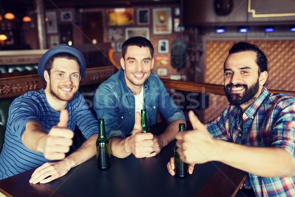 Glücklich männlich Freunde trinken Bier bar Stock foto © dolgachov