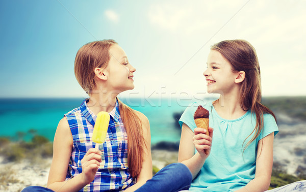 Boldog kislányok eszik fagylalt tengerpart emberek Stock fotó © dolgachov