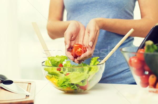 Kadın pişirme sebze salata ev Stok fotoğraf © dolgachov