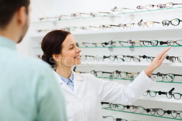 Optyk okulary człowiek optyka sklepu Zdjęcia stock © dolgachov