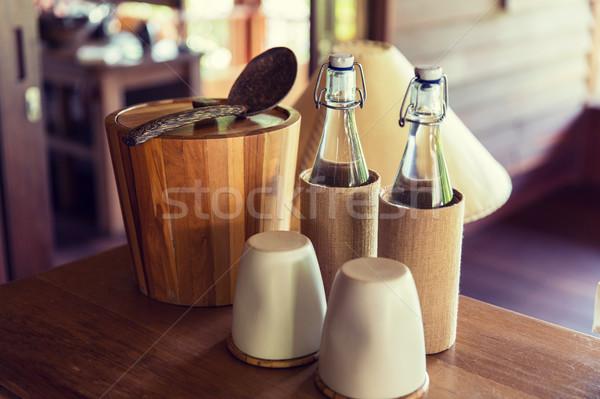 Sprzęt kuchenny tabeli stołowe para butelek Zdjęcia stock © dolgachov
